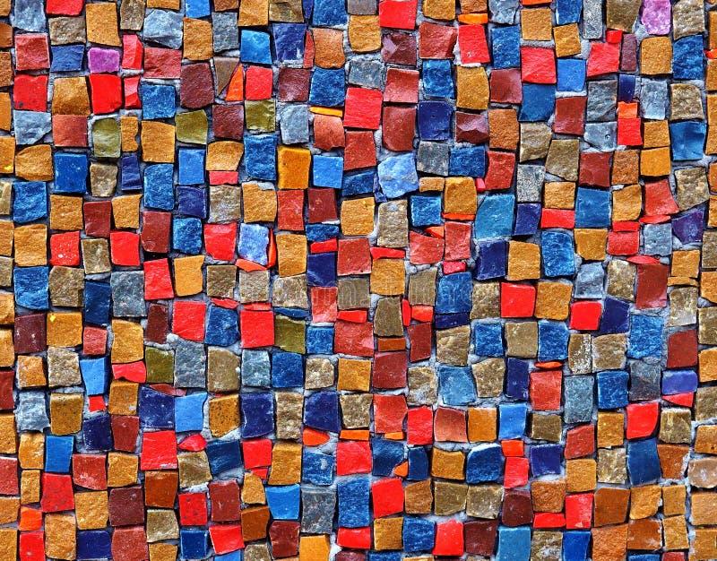 Kolorowi kamienni sześciany na ścianie obrazy royalty free