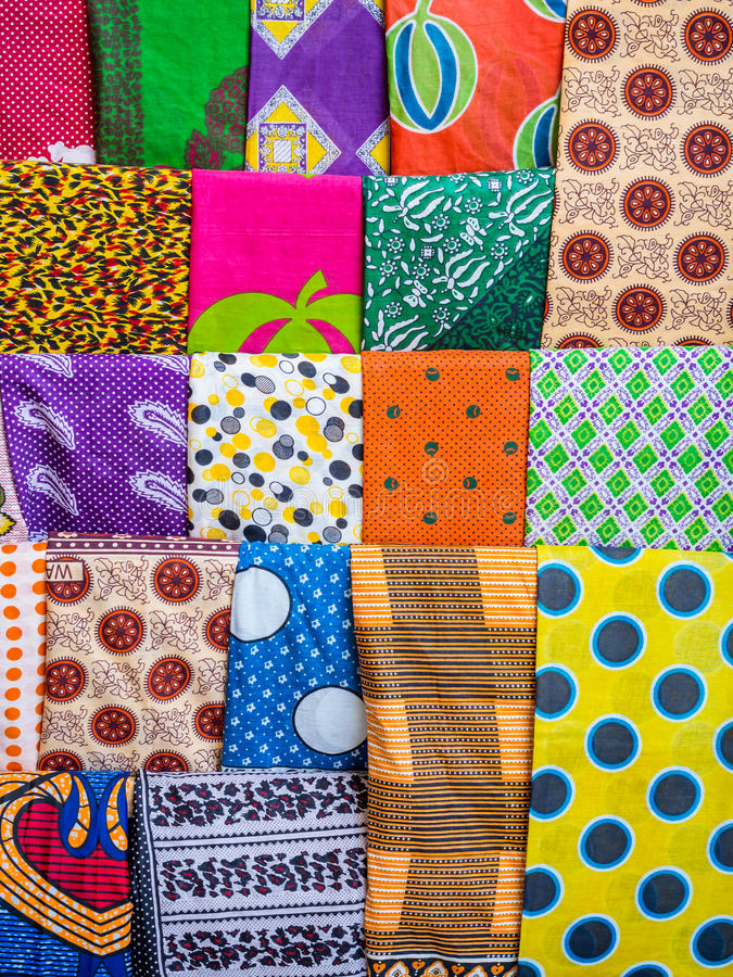 Kolorowi kangas i kitenges na stojaku w Afryka Wschodnia zdjęcia royalty free