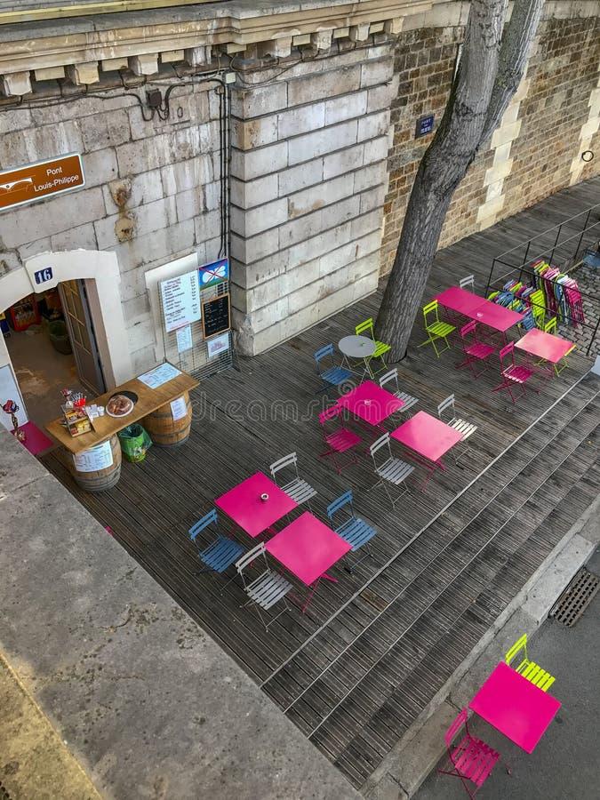 Kolorowi kawiarnia stoły na Parc Rives De Wonton, Paryż zdjęcia royalty free