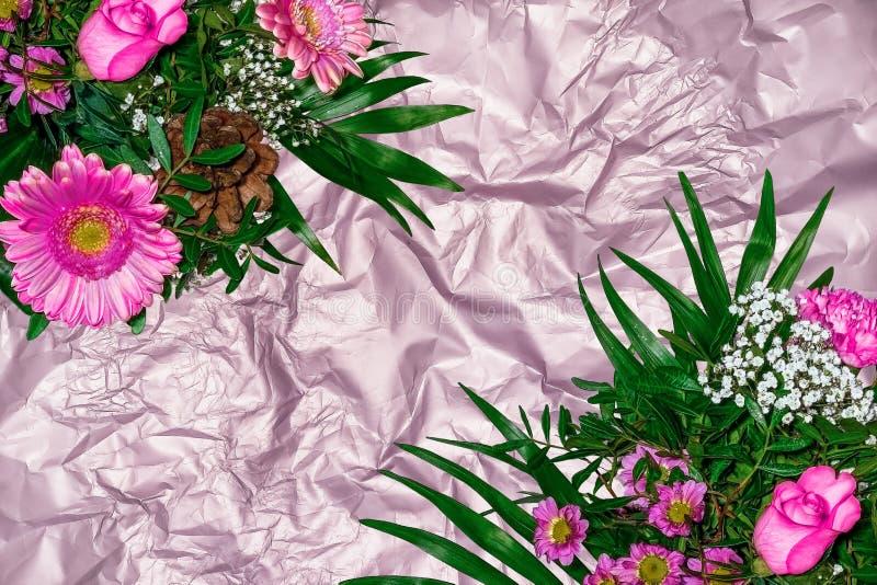 Kolorowi kwiatów bukiety na tle od tekstury zmięty atłasowy papier obraz royalty free