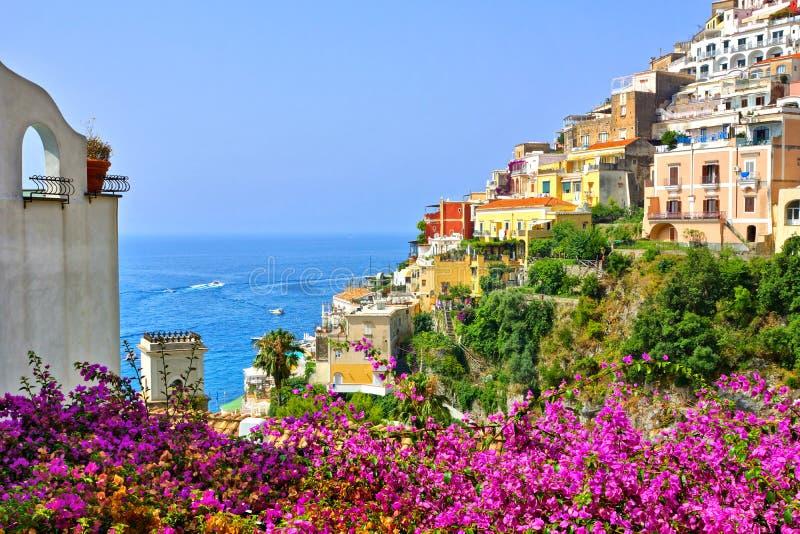Kolorowi kwiaty i budynki w Positano, Amalfi wybrze?e, W?ochy obraz royalty free