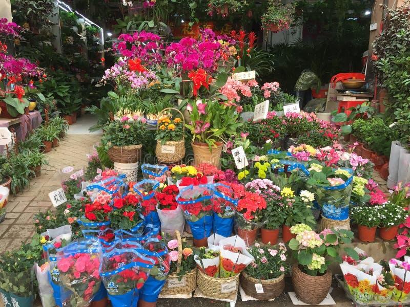 Kolorowi kwiaty sprzedaje przy sklepem zdjęcia stock