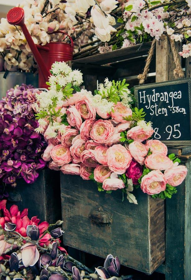 Wiązka kwiaty na rocznika gabineta kreślarzie zdjęcie stock