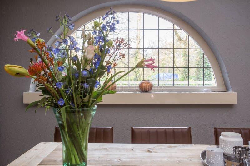 Kolorowi kwiaty z wygodnym rocznika okno obrazy royalty free