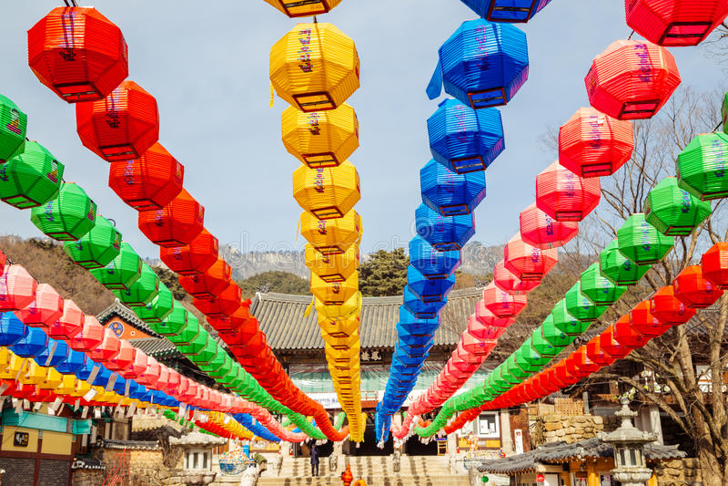 Kolorowi lampiony dla Buddha& x27; s urodziny w Donghwasa, Daegu, Korea fotografia stock