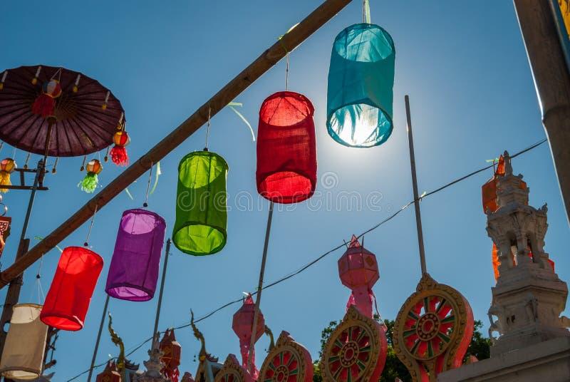 Kolorowi lampiony przy świątynią, Tajlandia obrazy royalty free