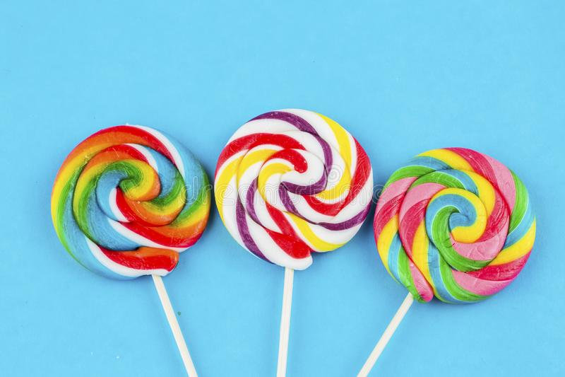 Kolorowi lizaki i różny barwiony round cukierek zdjęcia royalty free