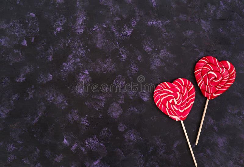 Kolorowi lizaki na ciemnym tle Odg?rny widok zdjęcie royalty free