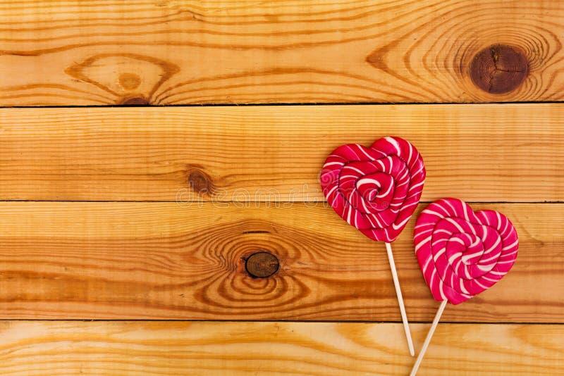 Kolorowi lizaki na drewnianym tle Odg?rny widok zdjęcie royalty free