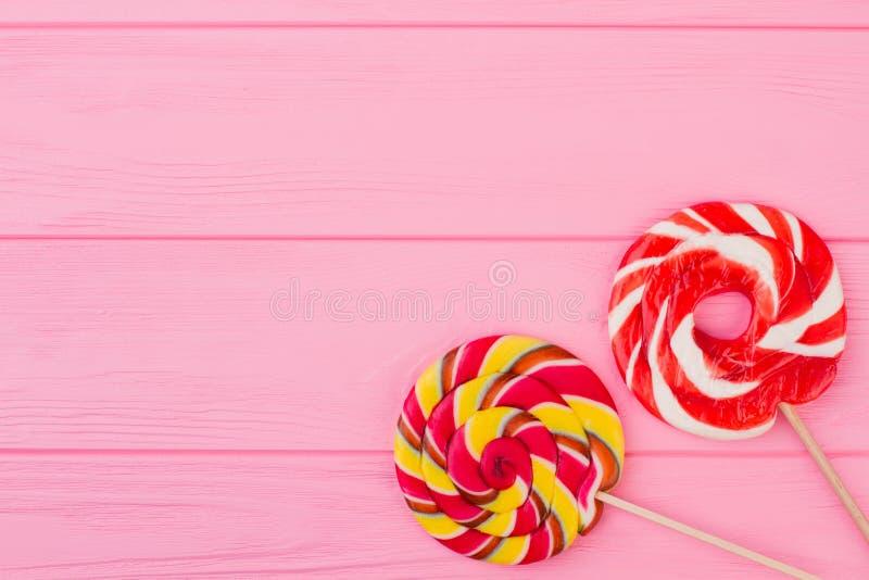 Kolorowi lizaki na różowym tle zdjęcie royalty free