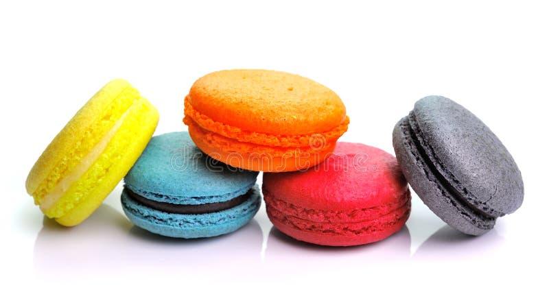 Kolorowi macarons na białym backrgound fotografia royalty free