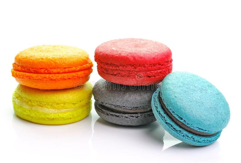 Kolorowi macarons na białym backrgound zdjęcie stock