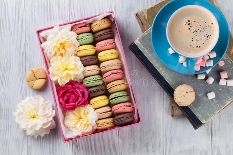 Kolorowi macaroons, kawa Słodcy macarons fotografia stock