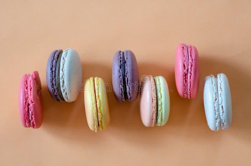 Kolorowi macaroons są na koloru tle zdjęcia stock