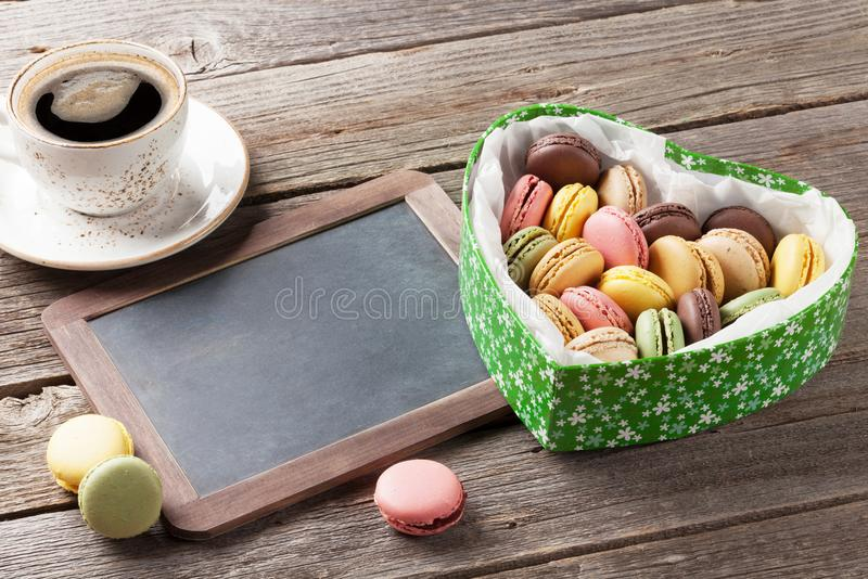 Kolorowi macaroons w walentynka dnia serca pudełku obraz stock