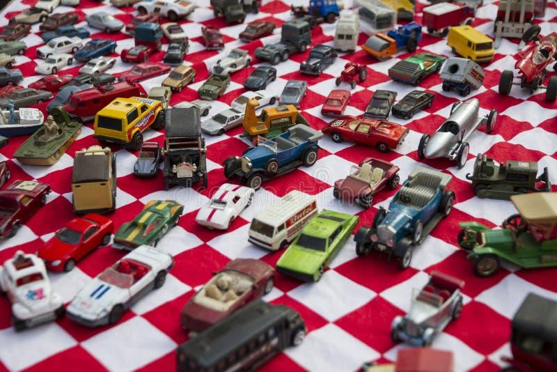 Kolorowi mali zabawkarscy samochody umieszczali na czerwonej i białej tkaninie w Flohmarkt im Mauerpark rynku w Berlin fotografia royalty free
