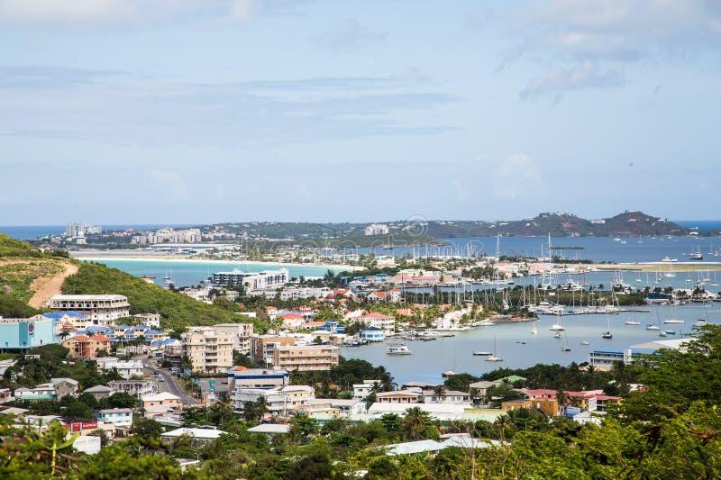 Kolorowi mieszkania własnościowe i jachtów baseny w St Martin obraz stock