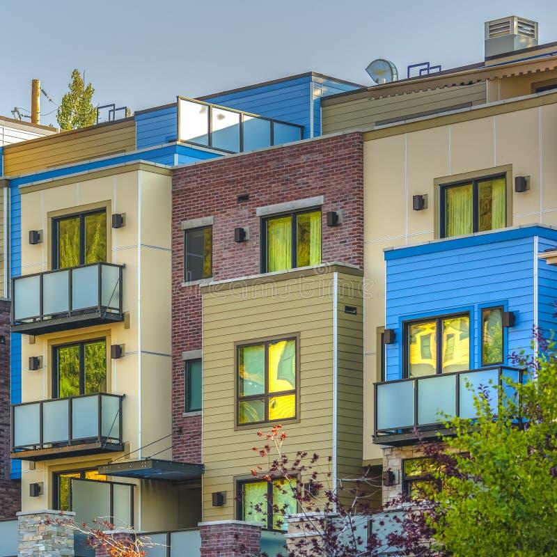 Kolorowi mieszkania własnościowe w Parkowym miasto kwadracie z rzędu zdjęcie royalty free