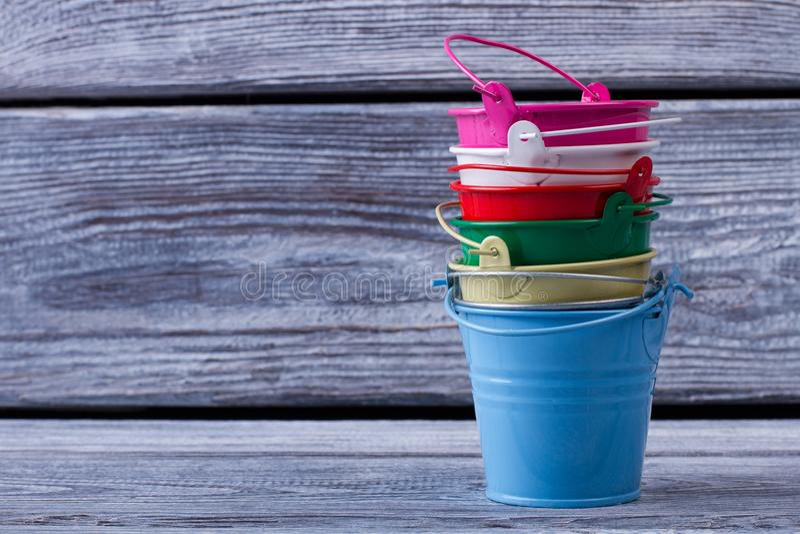 Kolorowi mini blaszani pails zdjęcie stock