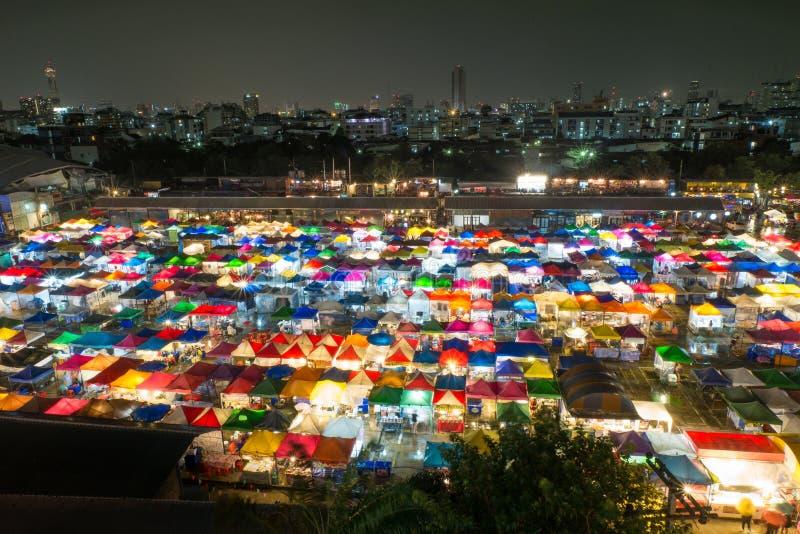 Kolorowi namioty przy noc rynkiem obrazy stock