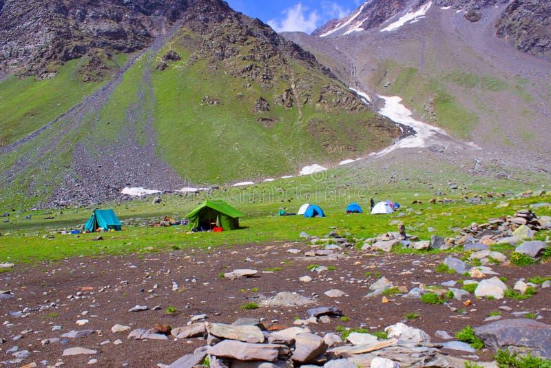 Kolorowi namioty tworzyli w dolinie trekker Himachal Pradesh zdjęcie stock