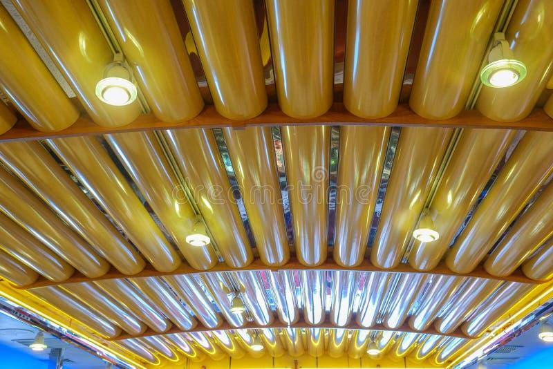 Kolorowi neonowi podsufitowi światła wśrodku starego gościa restauracji zdjęcie stock