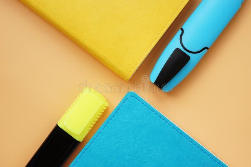 Kolorowi notepads i pióra na biurku Odg?rny widok zdjęcie stock