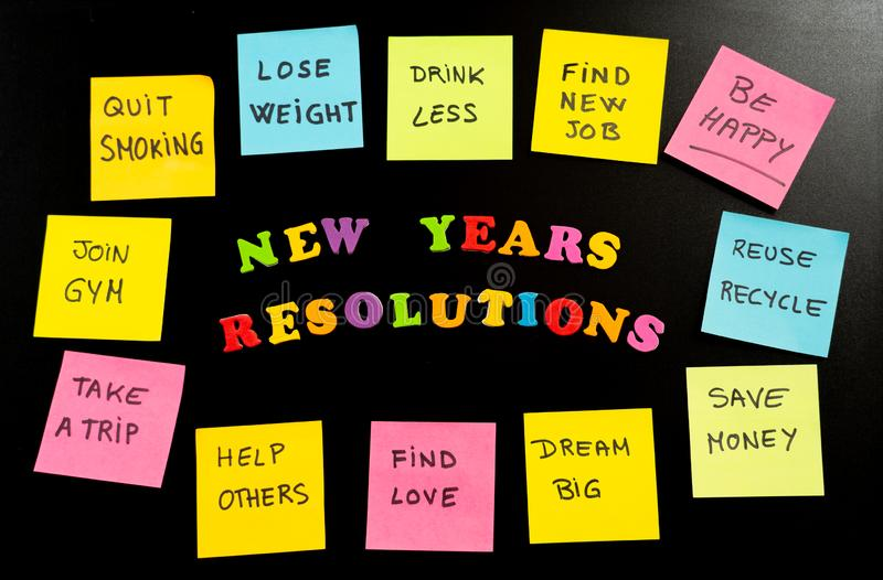 Kolorowi nowy rok postanowienia i kleista poczta na kredowym blackboard swój notatki z popularnymi celami obrazy royalty free