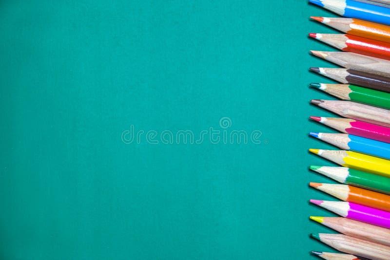 Kolorowi ołówki na chalkboard obrazy stock