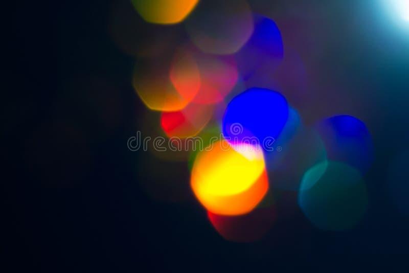 Kolorowi okręgi lekki abstrakcjonistyczny tło Wakacyjna tekstura Błyskotliwość stubarwni lekcy punkty na ciemnym tle zdjęcia stock
