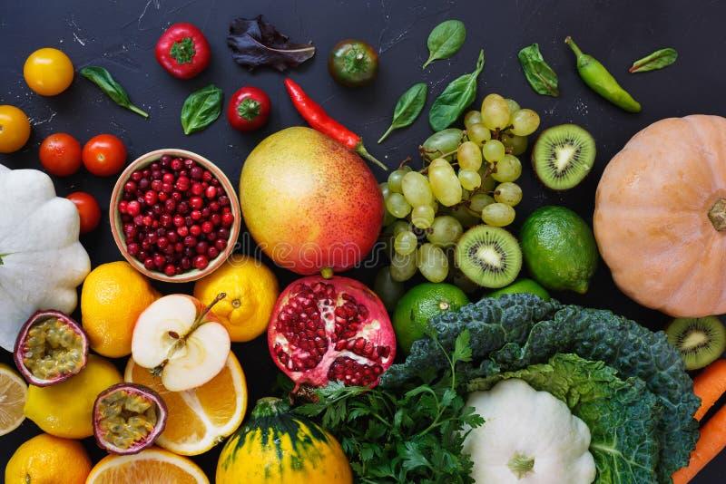 Kolorowi organicznie surowi owoc i warzywo od średniorolnego ` s wprowadzać na rynek obrazy stock