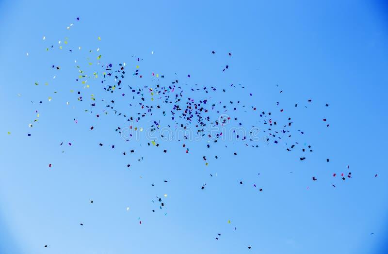 Kolorowi papiery lata aginst niebieskie niebo obraz stock