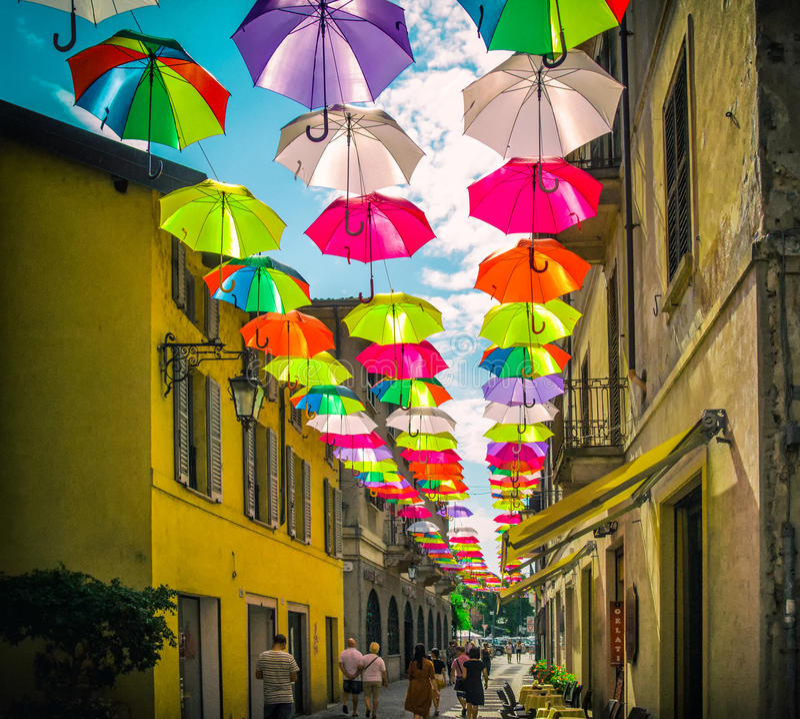 Kolorowi parasole nad zwyczajna ulica w Włochy obraz stock