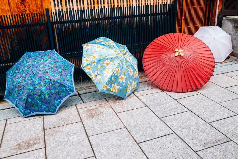 Kolorowi parasole przy Gion Japońską tradycyjną ulicą w Kyoto, Japonia obraz royalty free