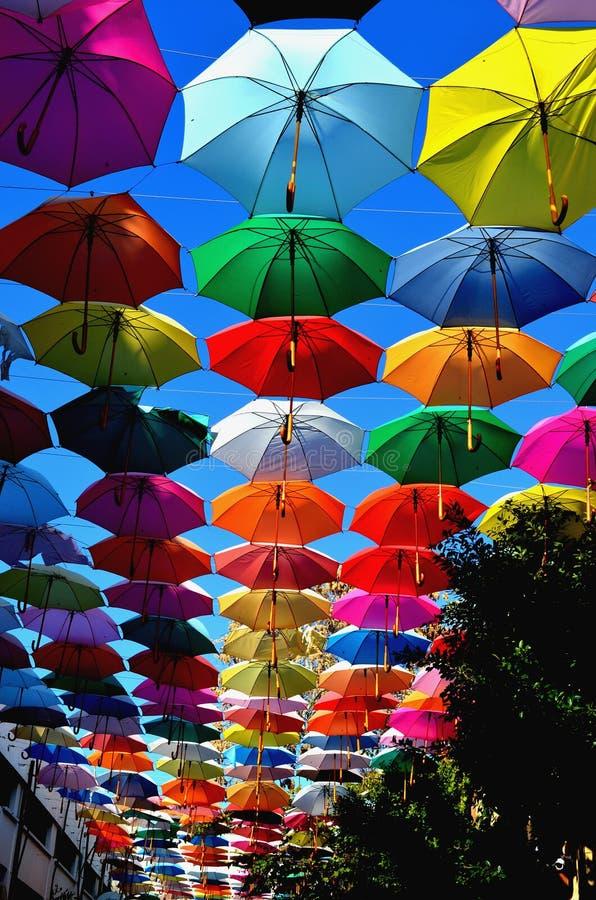 Kolorowi parasole w niebie Tło fotografia stock