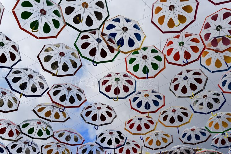 Kolorowi parasole wiesza nad ulicą obraz royalty free