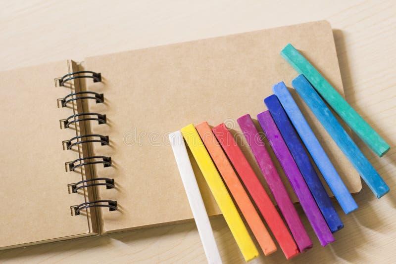 Kolorowi pastele na nakreślenie książce obraz royalty free