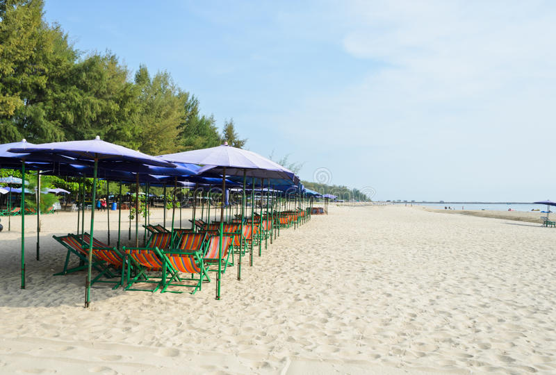 Kolorowi plażowi krzesła zdjęcie royalty free