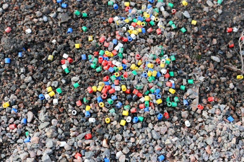 Kolorowi Plastikowi koraliki na ziemi fotografia royalty free