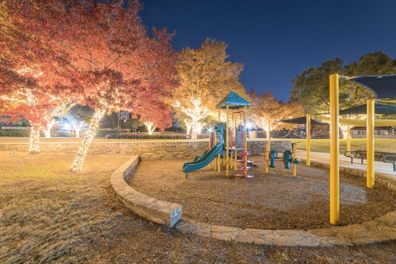 Kolorowi plenerowi wakacyjni drzew światła i spadku ulistnienie przy społeczeństwem zdjęcie stock