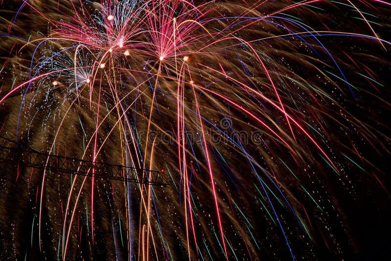 Kolorowi Pożarniczy krakersy na ciemnej nocy zaznacza Indiańskiego festiwal Diwali zdjęcie stock