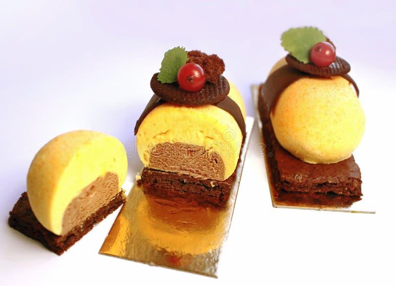 Kolorowi pomarańczowi, czekoladowi desery z i, zdjęcia stock