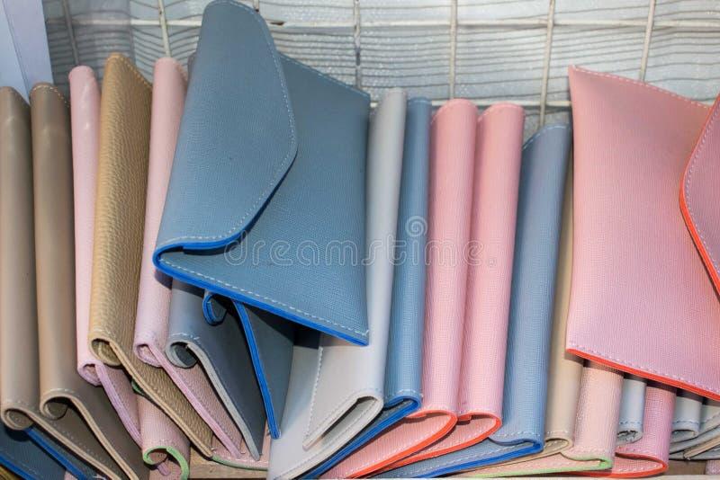 Kolorowi portfle na rzędzie i wypiętrzający wpólnie zdjęcie royalty free