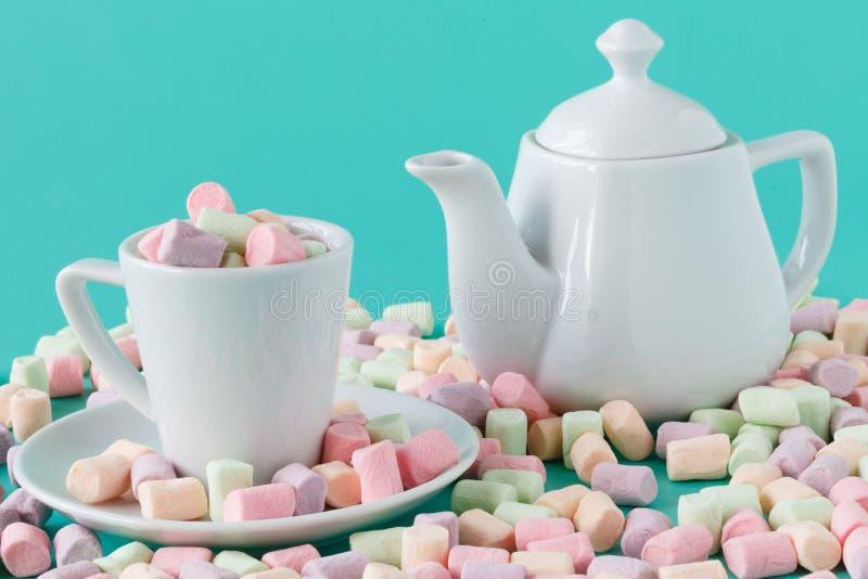 Kolorowi puszyści marshmallows Mockup biała herbaciana filiżanka zdjęcia stock
