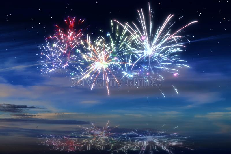 Kolorowi rozjarzeni świętowanie fajerwerki na nocnym niebie zdjęcia stock