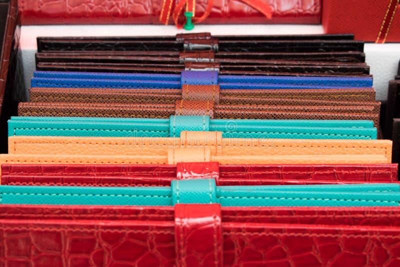 Kolorowi rzemienni portfle układający na kolumnie obrazy stock