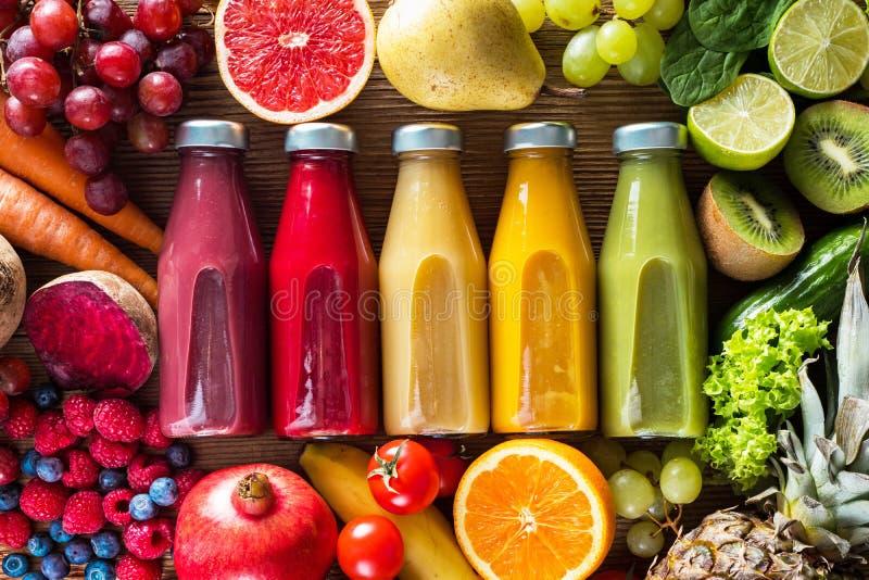 Kolorowi smoothies w butelkach zdjęcie stock