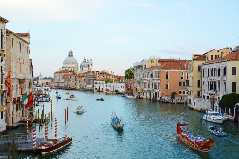 Kolorowi statki otwierają Regata Storica, Wenecja obraz stock