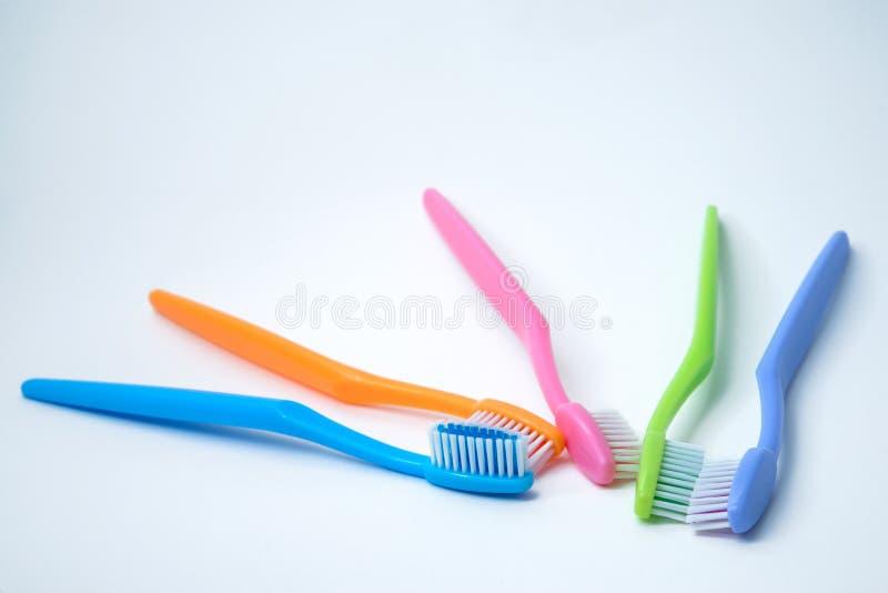 Kolorowi toothbrushes odizolowywający na bielu fotografia royalty free