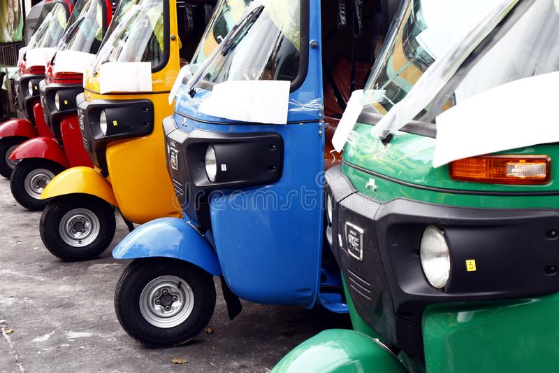 Kolorowi trójkołowowie używać jako jawny transport parkują przy jawnym parking terenem fotografia stock